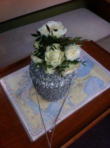 Urne steht auf einer Seekarte bereit für die Beisetzung.