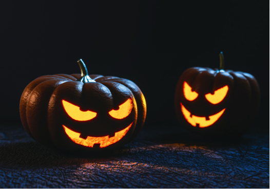 Gruselig geschnitzte Kürbisse leuchten im Dunkeln zu Halloween.