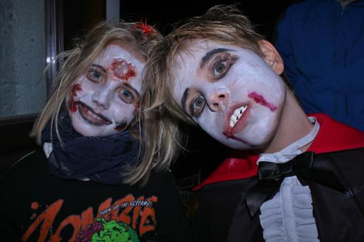Ein JUnge und Mädchen sind als Vampir zu Halloween verkleidet.