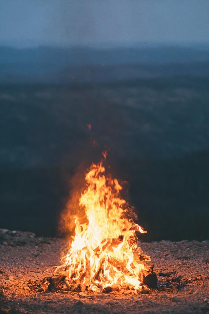 Ein Lagerfeuer brennt auf einem Hütgel