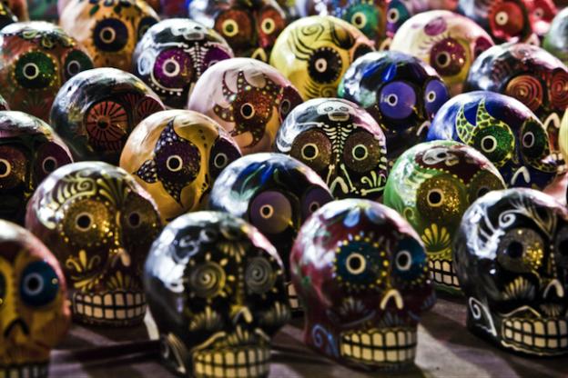 Eine Reihe von bunt verzierten Totenköpfen anlässlich des Día de los Muertos.