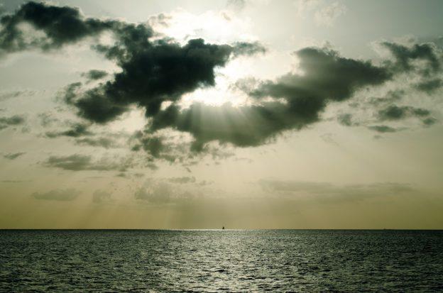 Die strahlende Sonne wird von leichten Wolken überdeckt.