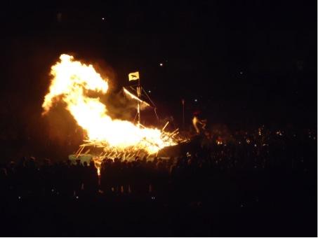 Ein Wkingerlangschiff wird im Rahmen des Up Helly Aa verbrannt.