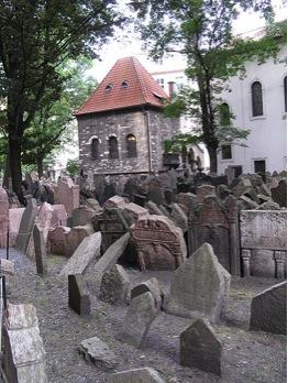 Ein Blick über die Gräber auf dem Jüdischen Friedhof