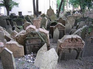 Grabstein an Grabstein reihen sich auf dem alten jüdischen Friedhof aneinander