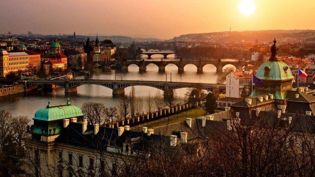 Die Sonne steht abends tiefer über den Brücken der Stadt Prag